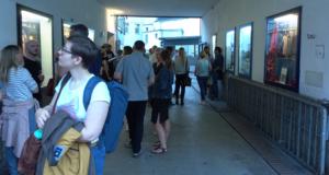 Exkursion, Premierengäste vor der Tür