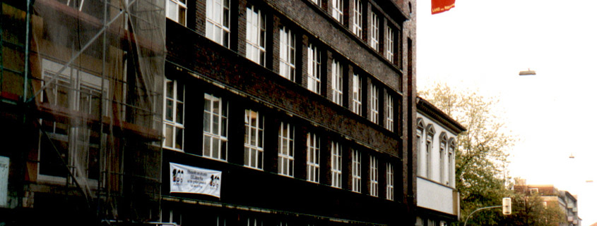 Filmhaus-Fassade mit roter Fahne