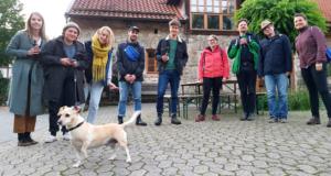 Land in Sicht - Gruppe mit Hund