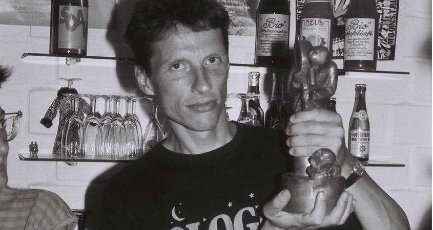 Moderator Ronald Herzog mit der Siegertrophäe