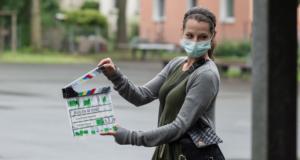 Klappe wird von Kameraassistentin geschlagen